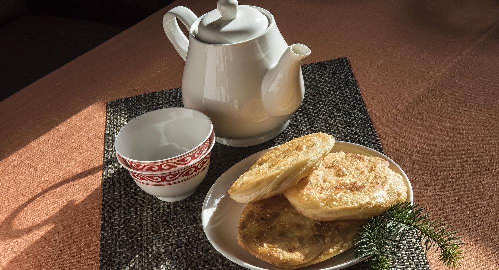 Чайник чай жана каттама кафеде. Архив