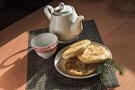 Каттама менен чайник чай. Архивдик сүрөт