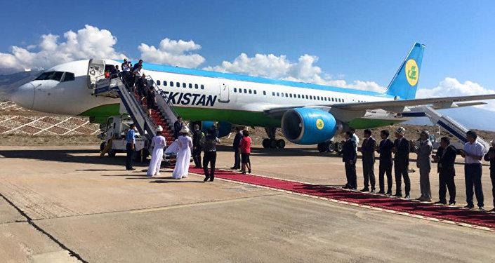 Ысык-Көл эл аралык аэропортуна Өзбекстандан 200гө жакын турист бүгүн түз аба каттамы менен учуп келишти