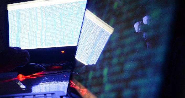 Мужчина во время работы на компьютере. Архивное фото