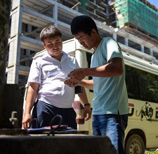 Сотрудник патрульной милиции проверяет документы во время рейда. Архивное фото