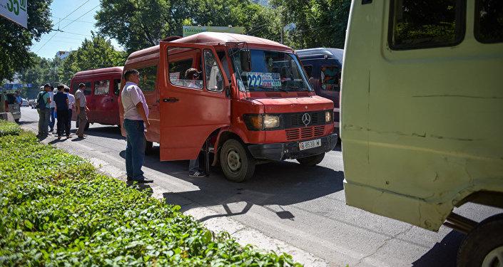 Водители маршрутного такси во время рейда. Архивное фото