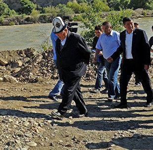 Премьер-министр Сооронбай Жээнбеков жол курулушу менен таанышууда. Архивдик фото
