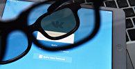 Страница социальной сети Вконтакте на экране планшета. Архивное фото