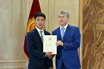 Бүтүрүүчүлөргө алтын сертификат тапшыруу аземинде президент Алмазбек Атамбаев