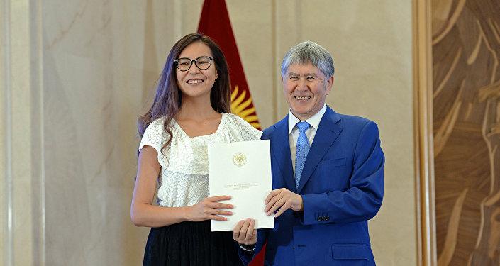 Вручение золотых сертификатов лучшим выпускникам школ КР