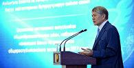 Президент КР Алмазбек Атамбаев на вручении золотых сертификатов лучшим выпускникам школ КР в Государственной резиденции Ала-Арча