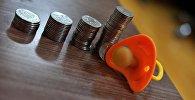 Детская соска и монеты на столе. Архивное фото