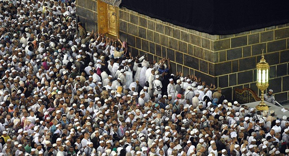 Паломники во время хаджа дотрагиваются до Каабы во время обхода вокруг нее в мечети Масджид аль-Харам в Мекке. Архивное фото