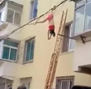 Девушка повисла на проводах, спасаясь от жены любовника в Китае, — видео