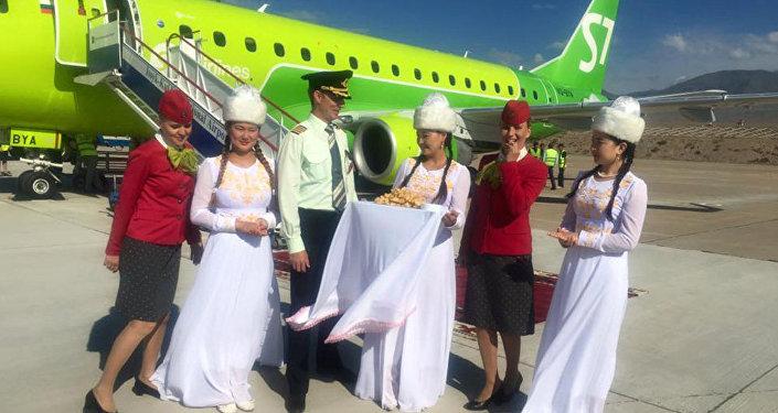 Пассажиры первого прямого авиарейса из Новосибирска на Иссык-Куль