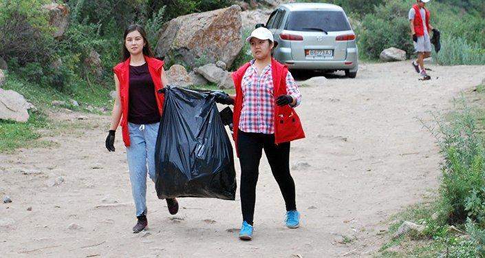 Уборка мусора в Аламединском ущелье Чуйской области