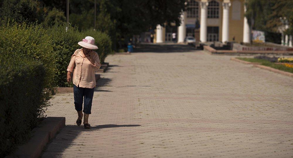 Женщина идет по аллее Молодежи в жаркий день в Бишкеке. Архивное фото