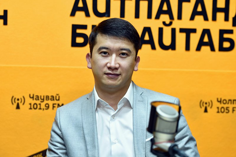 Заместитель директора Государственного агентства по делам молодежи, физической культуры и спорта Мирлан Парханов во время интервью Sputnik Кыргызстан