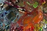 Краски с кисточками. Архивное фото