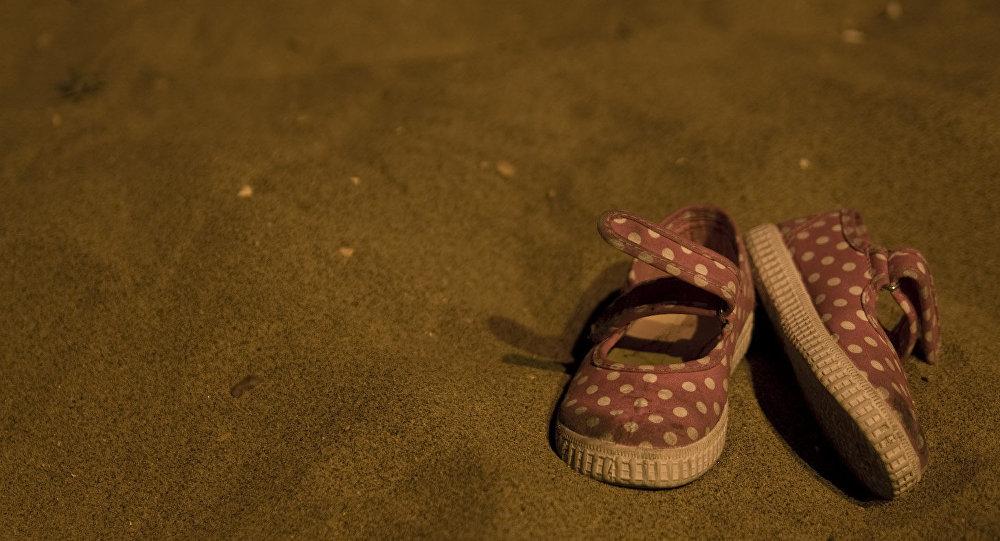 Детские сандалии на песке. Архивное фото