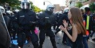 Сотрудники правоохранительных органов во время акции протеста в преддверии саммита G20 в Гамбурге.