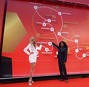 Посол чемпионата мира по футболу 2018 года, фотомодель и телеведущая Виктория Лопырева (слева) и генеральный секретарь ФИФА Фатма Самура на церемонии объявления маршрута Тура Кубка чемпионата мира по футболу 2018 в Москве.