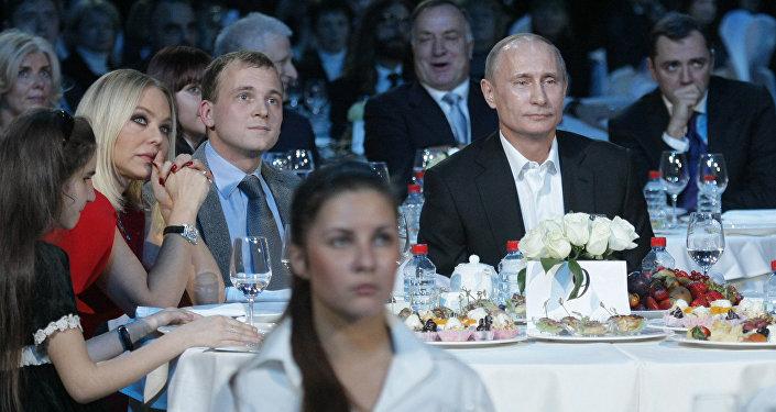 Россия президенти Владимир Путин жана актриса Орнелла Мути. 2010-жыл. Архивдик сүрөт