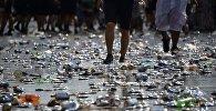Бутылки и баклашки на улице. Архивное фото