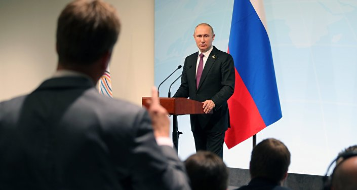 Президент РФ Владимир Путин отвечает на вопросы журналистов во время пресс-конференции по итогам саммита лидеров Группы двадцати G20 в Гамбурге.