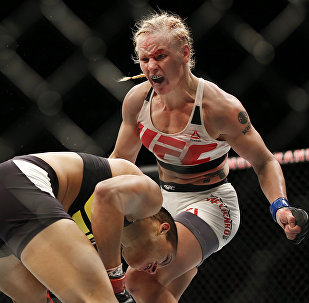 Тайбоксер из Кыргызстана Валентина Шевченко во время боя в рамках UFC 196 с представительницей Бразилии Амандой Нуньес. 5 марта 2016 года, в Лас-Вегасе