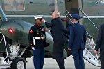 Порывы ветра унесли фуражку с головы военнослужащего, и американский лидер решил помочь ему