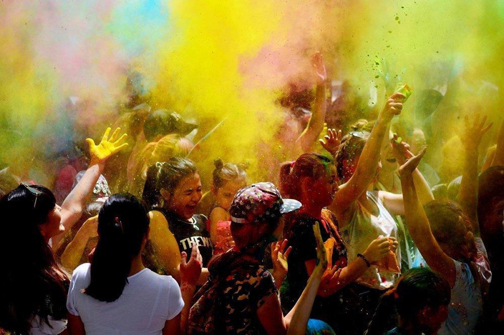 Бишкектеги Ата-Түрк сейил багында ColorFest аталышындагы түстөрдүн фестивалы болуп өттү. Иш-чаранын программасынын алкагында ар кандай сынактар уюштурулуп, бий топторунун өнөрлөрү тартууланган. Эң башкысы катышуучулар бири-бирине атайын боекторду чачып ойношкон