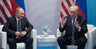 Президент РФ Владимир Путин и президент США Дональд Трамп (справа) во время беседы на полях саммита лидеров Группы двадцати G20 в Гамбурге