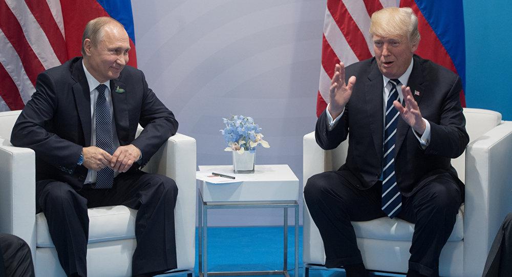 Архивное фото президентов РФ Владимира Путина и США Дональда Трампа