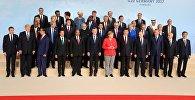 Президент РФ Владимир Путин на церемонии совместного фотографирования глав делегаций государств-участников Группы двадцати G20, приглашенных государств и международных организаций в Гамбурге. Справа налево в первом ряду - президент Южной Кореи Мун Чжэ Ин, президент Бразилии Мишел Темер и президент Турции Реджеп Тайип Эрдоган. Слева направо в первом ряду - президент Франции Эммануэль Макрон, президент США Дональд Трамп, президент Индонезии Джоко Видодо, президент Мексики Энрике Пенья Ньето, президент ЮАР Джейкоб Зума, президент Аргентины Маурисио Макри, федеральный канцлер Германии Ангела Меркель и председатель КНР Си Цзиньпин.