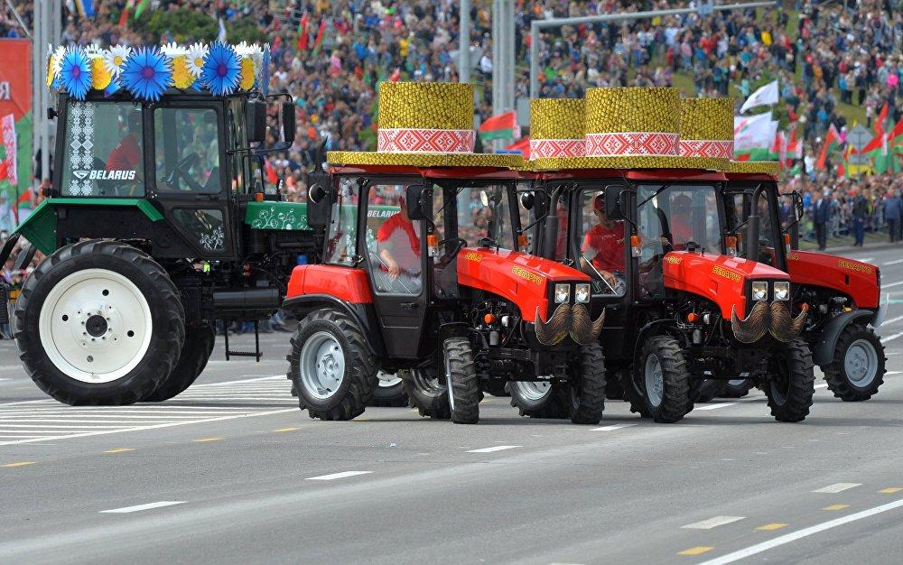 Белоруссиянын техникалары Минскидеги парадда. Республиканын көз карандысыздыкты алган күнүн майрамдоо учуру