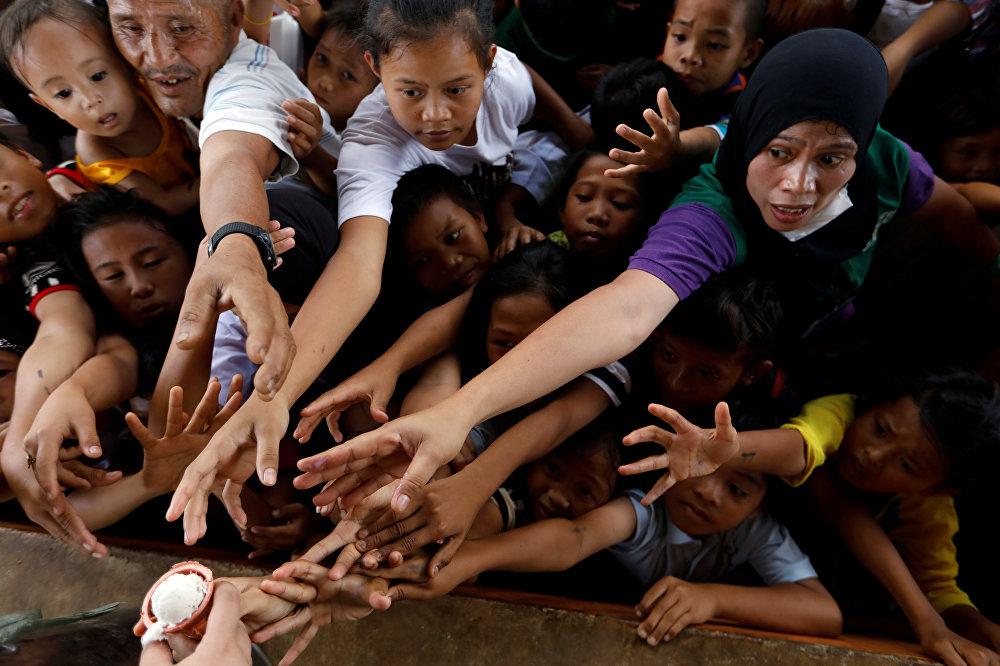 Маравиге (Филиппин) эвакуацияланган качкындардын балмуздакка болгон кезек талашуусу