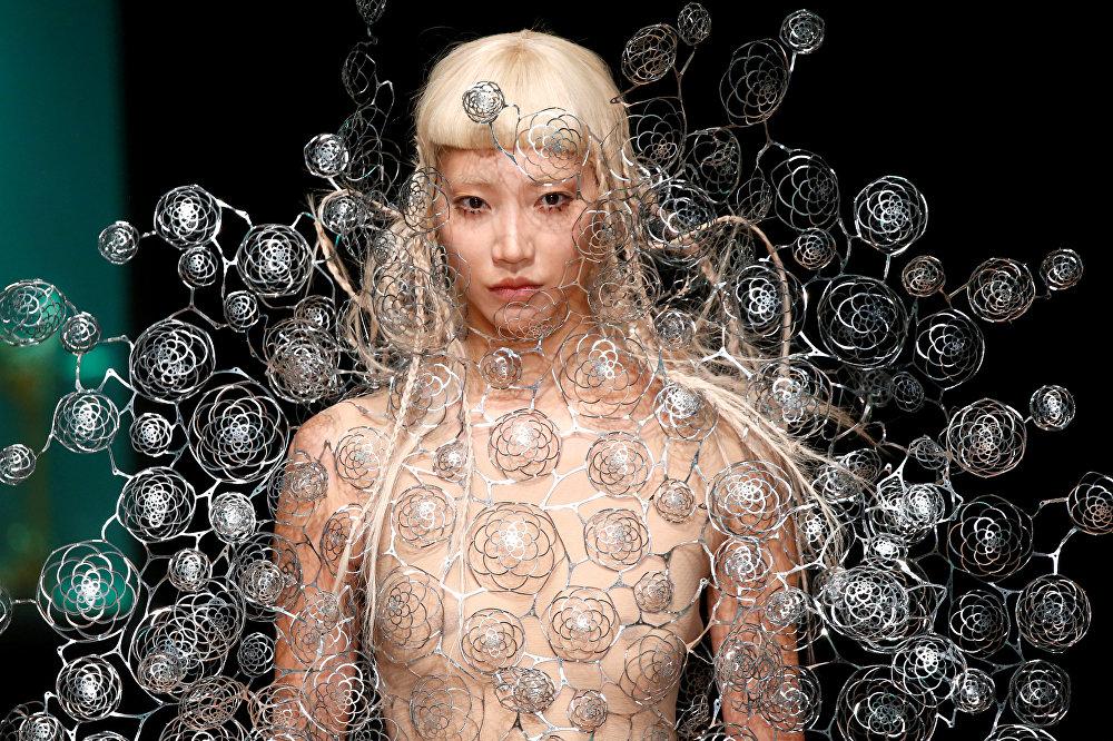 Париждеги модельер Айрис ван Херпендин коллекциясын тартуулоо учуру