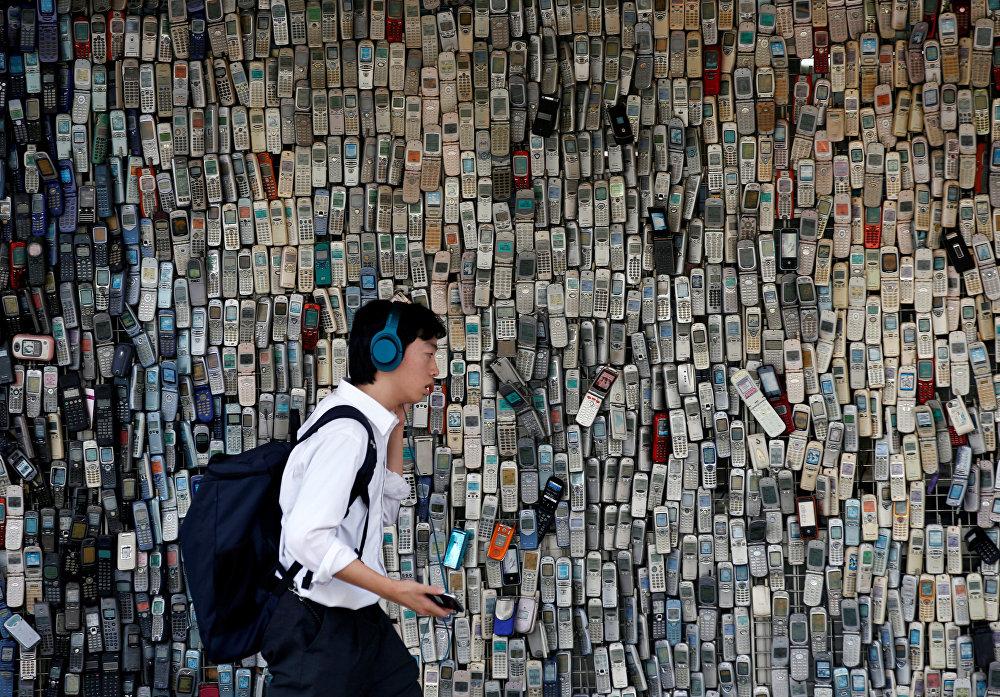 Япониянын Токио шаарында элктрондук дүкөндүн ээси Ватанабэ Масанао 20 жылдан ашуун эски уюлдук телефондорду чогултуп андан дубал тургузган.