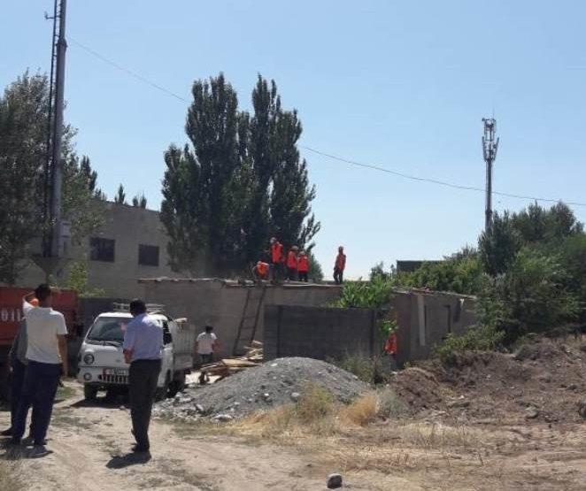 В Бишкеке на пересечении улиц Ахунбаева и Муромской снесен незаконно построенный дом