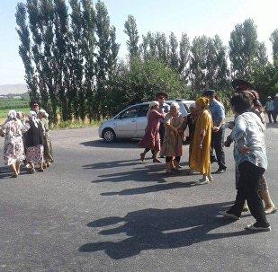 Бишкек — Ош автожолун тосууга аракет кылган Акман айылынын 5 тургунуна 3 миң сомдон айып салынды