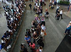 Пассажиры стоят на очереди в аэропорту. Архивное фото