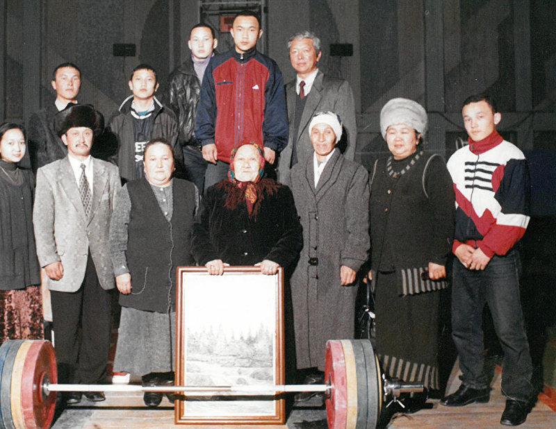 Кыргызсткий и советский тяжелоатлет, чемпион Олимпийских игр 1980 года Каныбек Осмоналиев с семьей
