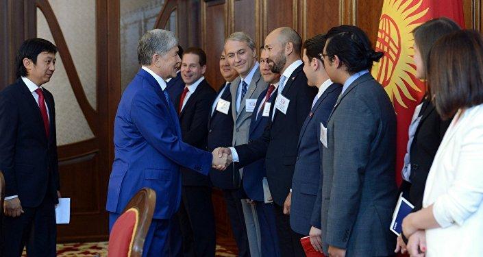 Президент КР Алмазбек Атамбаев встретился с представителями первой деловой миссии США, в которую вошли сотрудники ряда крупнейших компаний