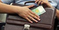 Мужчина с портфелем и купюрой в пять тысяч сомов. Иллюстративное фото