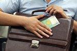 Мужчина с портфелем и купюрой в 5 тысяч сомов. Архивное фото