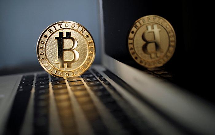 Монета биткойн (виртуальная валюта). Архивное фото