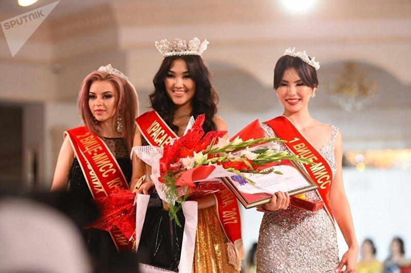 Вторая вице-мисс Виктория Белан, обладательница титула Красавица Кыргызстана — 2017 Айгерим Бектенбаева и первая вице-мисс конкурса Нази Маатказиева