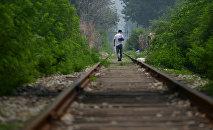 Мужчина гуляет по железной дороге. Архивное фото