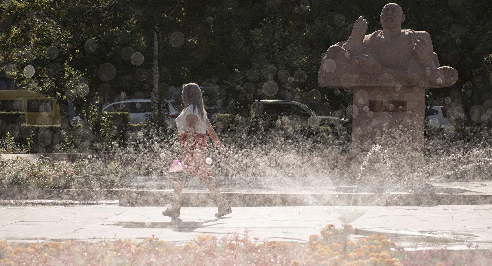 Девушка возле фонтана филармонии города Бишкек