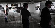 Посетители на выставке победителей и призеров Международного конкурса фотожурналистики имени Андрея Стенина в Москве. Архивное фото