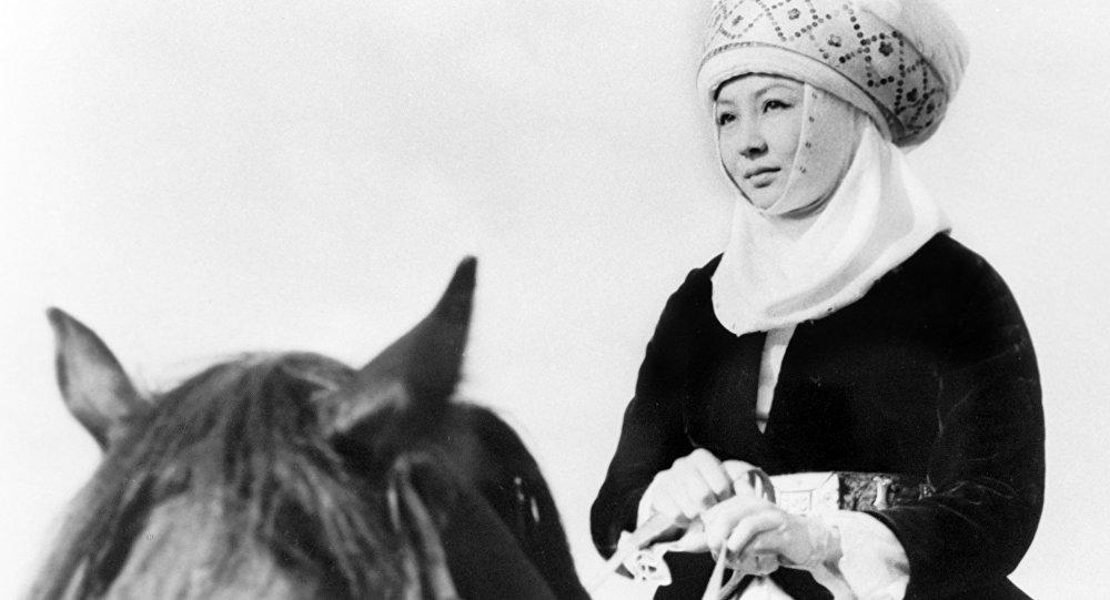 Улуу актриса, кыргыз театры менен киносунун чолпон жылдызы, кылымда бир жаралчу талант Таттыбүбү Турсунбаеванын архивдик сүрөтү