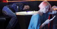 Отдыхающие в клубе. Архивное фото
