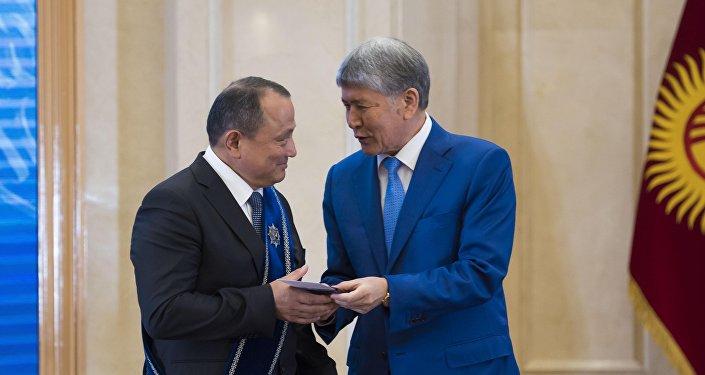 Церемония награждения госнаград 141 кыргызстанцу Атамбаевым